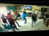 ਦਿੱਲੀ ਬੈਂਕ `ਚ ਕੈਸ਼ੀਅਰ ਨੂੰ ਗੋਲੀ ਮਾਰ ਕੇ 10 ਲੁੱਟੇ, ਵੇਖੋ LIVE VIDEO
