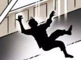 ਕ੍ਰੈਡਿਟ ਕਾਰਡ ਦੇ ਕਰਜ਼ੇ ਤੋਂ ਦੁਖੀ ਨੇ ਧੀ ਤੇ ਪਤਨੀ ਸਣੇ ਮਾਰੀ 4–ਮੰਜ਼ਿਲਾ ਬਿਲਡਿੰਗ ਤੋਂ ਛਾਲ਼